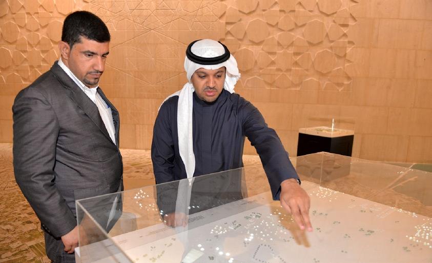 الشيخ خليفة بن أحمد آل خليفة أثناء حديثه إلى «الوسط» - تصوير أحمد ال حيدر