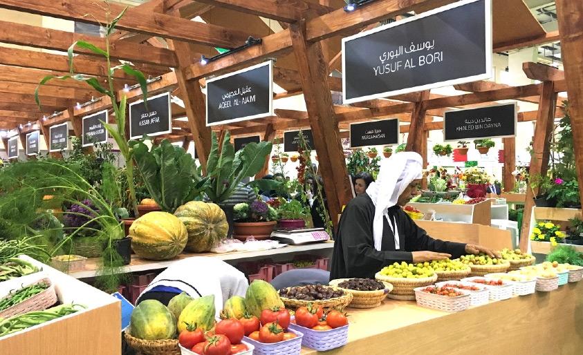 مزارع بحريني ينظم فرشته في سوق المزارعين البحرينيين بالمعرض