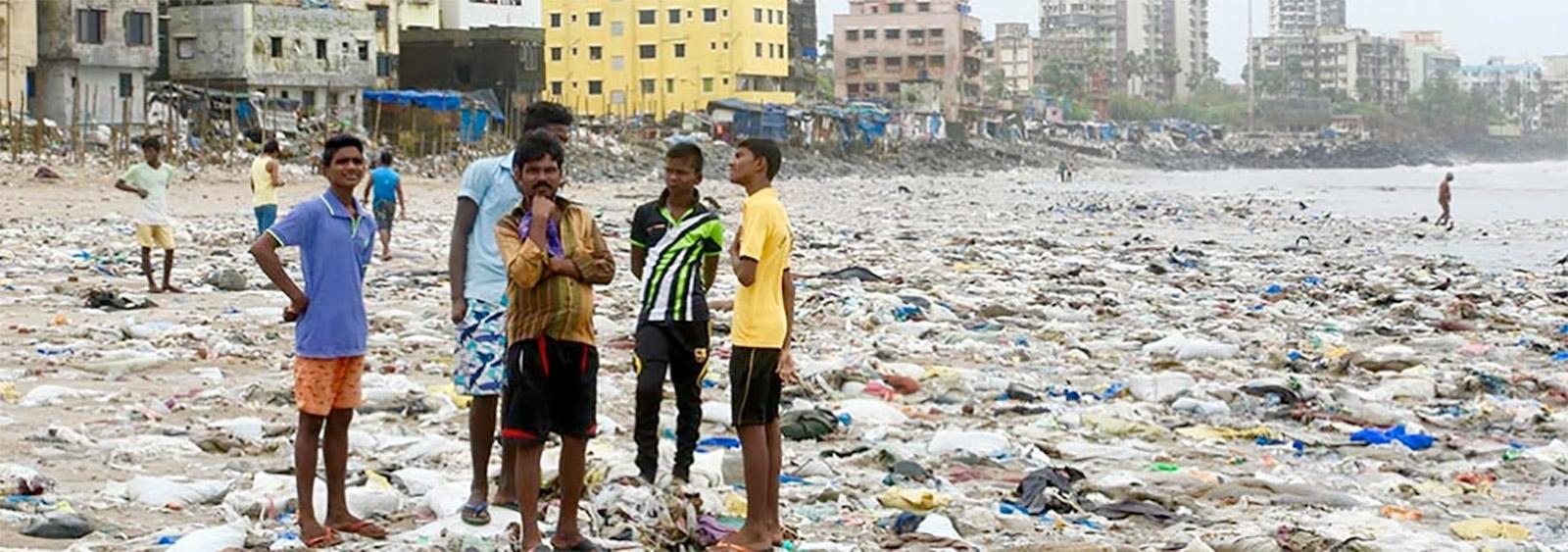 يُلقى بأكثر من 8 ملايين طن من النفايات البلاستيكية في المحيط كل عام – ما يعادل إلقاء شاحنة لجمع القمامة من البلاستيك في كل دقيقة