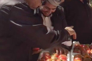 بالفيديو... في السعودية «فلينة الطماطم» بريال... وفي البحرين بدينار