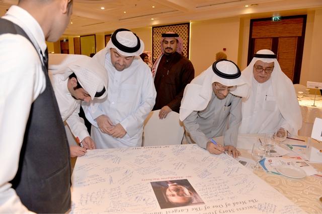 التوقيع على لوحة مهداة إلى عبدالكريم بوجيري