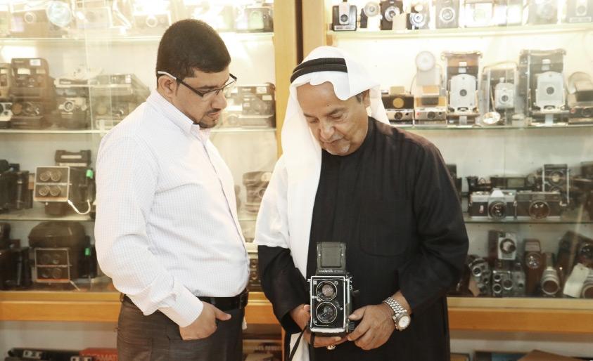 عبدالله باقر يعرض لـ «الوسط» إحدى كاميراته