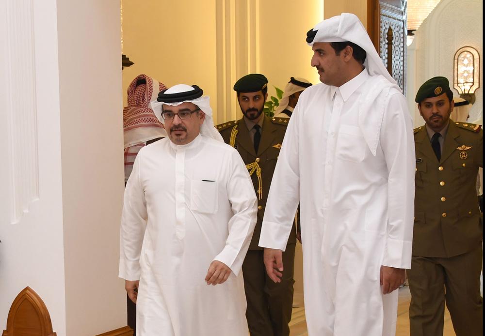 سمو أمير قطر مستقبلاً سمو ولي العهد في الدوحة أمس