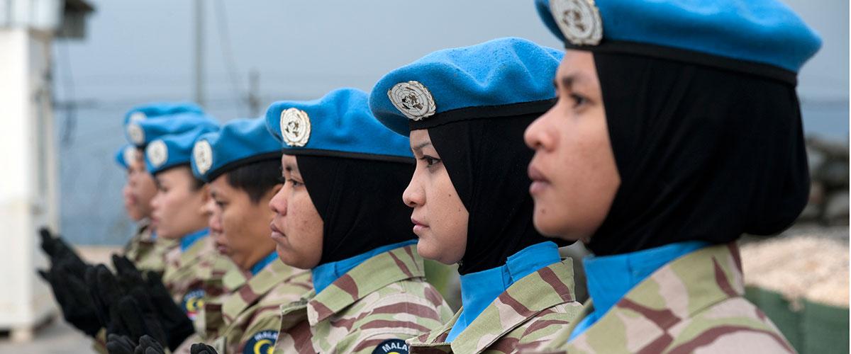 حفظة سلام ماليزيات في قوة الأمم المتحدة المؤقتة في لبنان (يونيفيل) في أثناء حفل لتوزيع الميداليات في كوكبة بجنوب لبنان