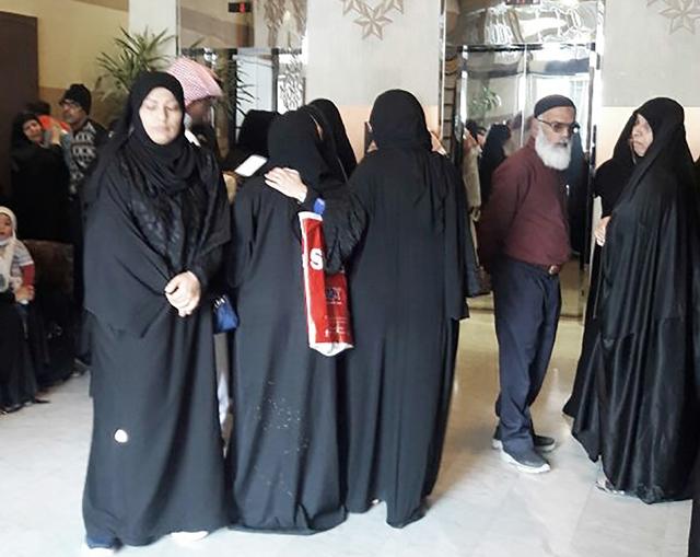 الأهالي أثناء تواجدهم أمام مبنى «التظلمات»