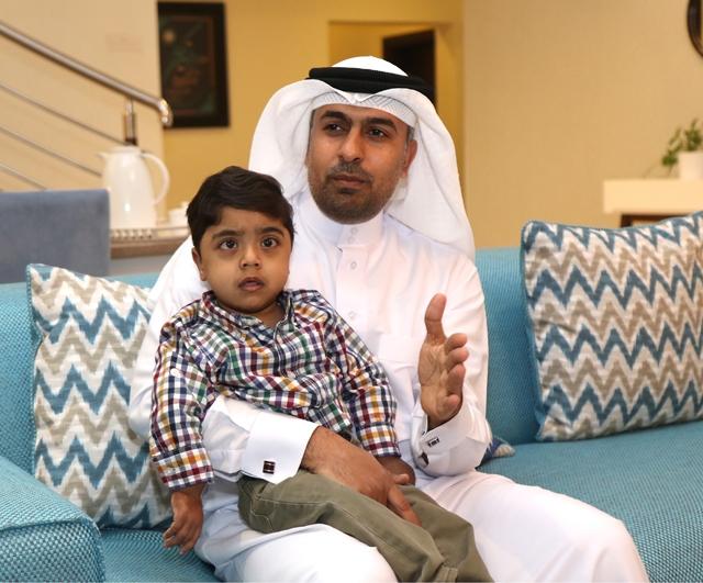 الطفل جواد في حضن والده