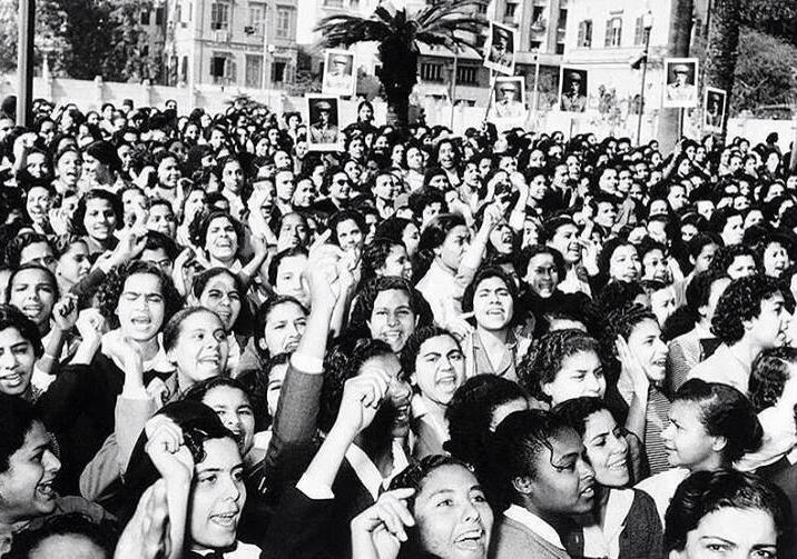صورة ارشيفية لنساء مصريات في وسط القاهرة في ستينات القرن الماضي