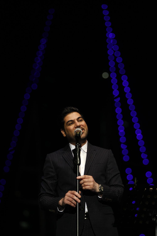 الفنان وليد الشامي خلال تأدية اغانية في امسيته المشتركة مع ماجد المهندس