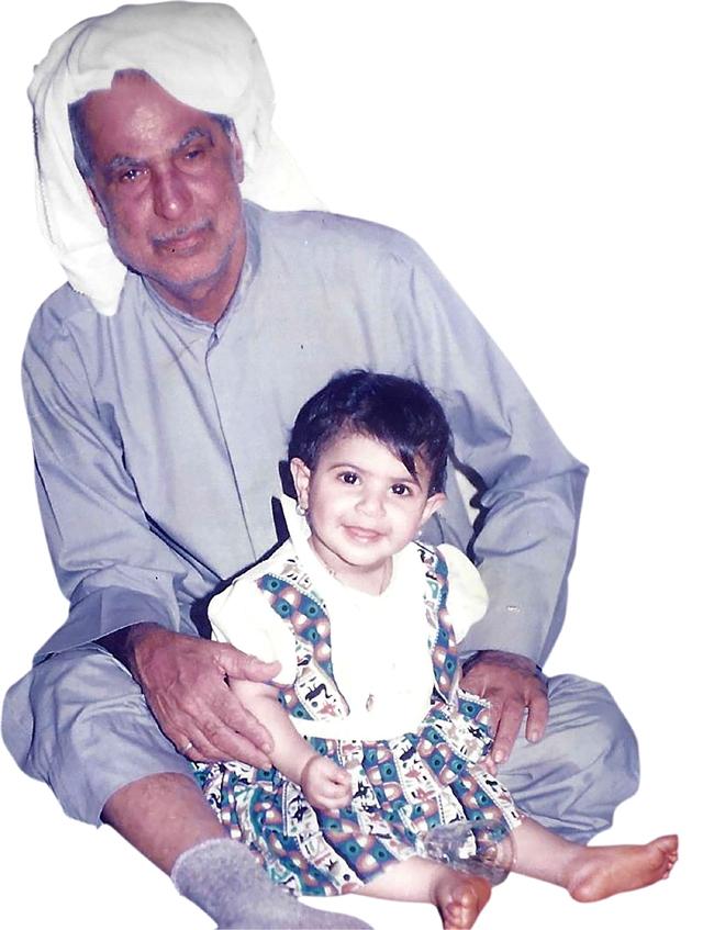 شيماء الجزيري مع جدها الذي ورثت عنه العمل اليدوي