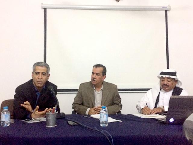 المتحدثون في الندوة (من اليمين): عيسى سيار، مدير الندوة، عبدالنبي سلمان