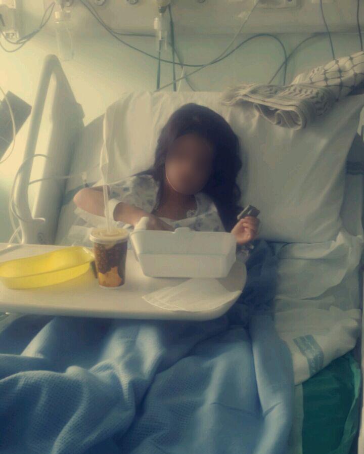 الطالبة أثناء تواجدها في المستشفى بعد تعرضها للدهس