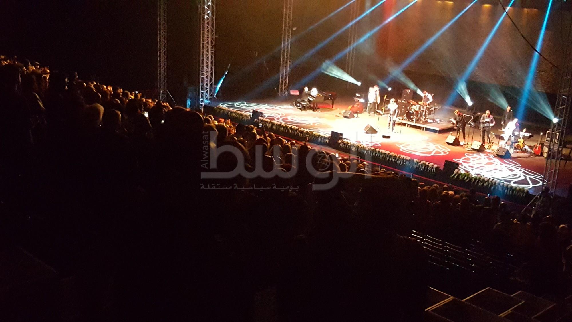 تفاعل الجمهور مع عمر كمال في ربيع الثقافة بخليج البحرين