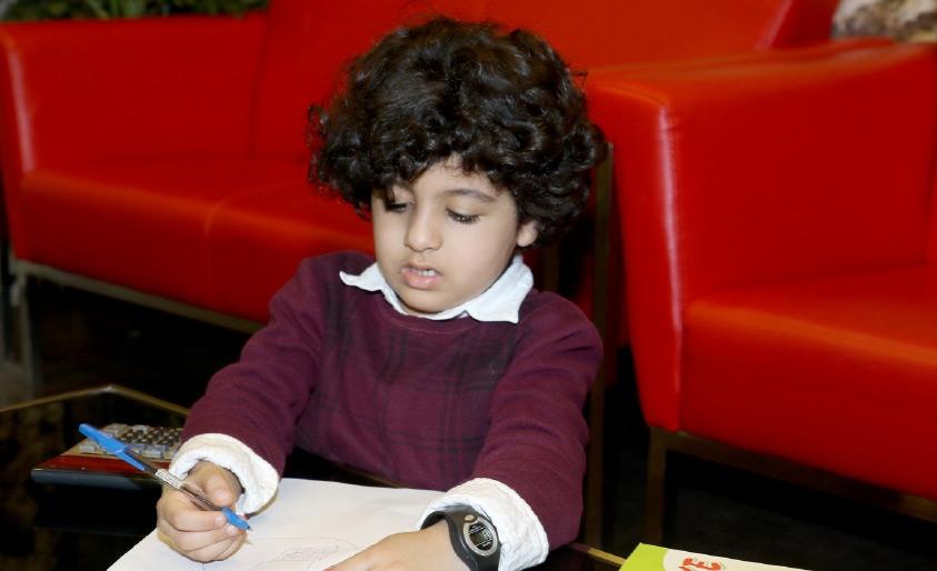 الطفل حسين خلال زيارته لـ «الوسط» - تصوير عقيل الفردان