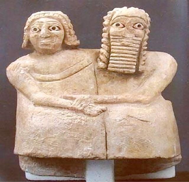تمثال لزوج وزوجة