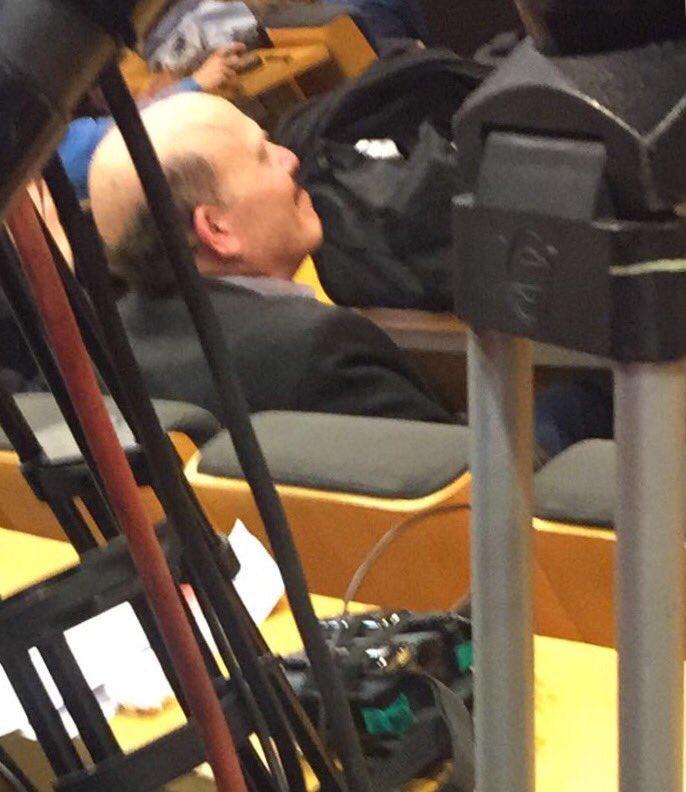 الصحفي النائم خلال مؤتمر انريكي
