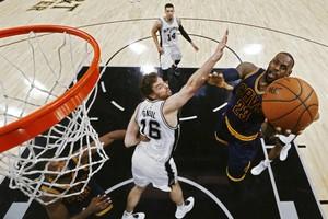 سان انطونيو يطيح بالبطل ويهدي صدارة الشرقية لبوسطن بالـ'NBA'