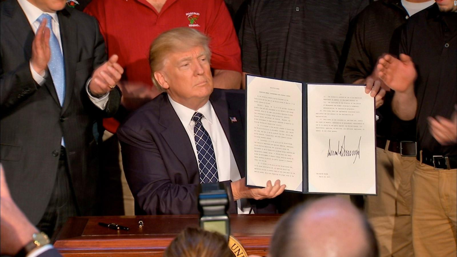 توقيع الرئيس الأميركي دونالد ترامب على تعديل  إجراءات حماية البيئة التي اتخذها سلفه باراك اوباما