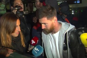 بالفيديو... ميسي يعود إلى برشلونة بخيبة أمل بسبب الإيقاف الدولي