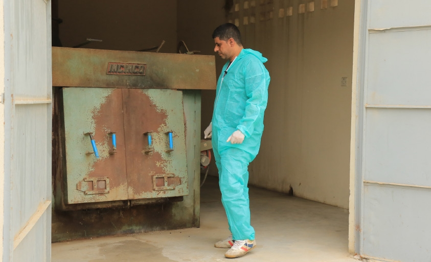الفني البيطري علي مكي شرح لـ «الوسط» عمل المحرقة - تصوير أحمد ال حيدر