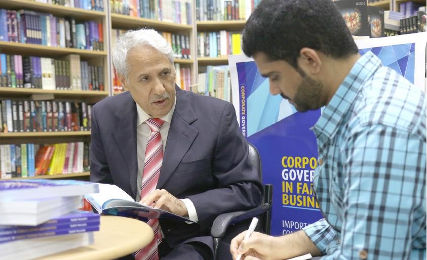 المستشار صالح حسين متحدثاً إلى «الوسط»