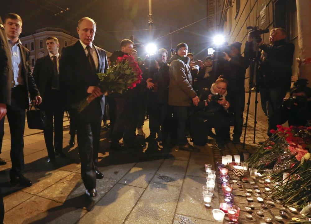 الرئيس الروسي فلاديمير بوتين يضع الزهور أسفل محطة مترو تيكنولوجيشسكي إنستيتوت في سانت بطرسبورغ