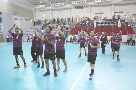 لاعبو باربار يتلقون التحية من الجماهير بعد الفوز - تصوير عقيل الفردان