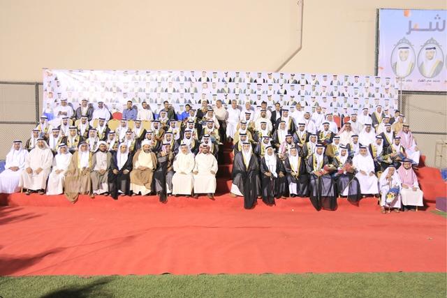 صورة جماعية للعرسان المشاركين في الزواج الجماعي بالهملة   - تصوير : أحمد آل حيدر