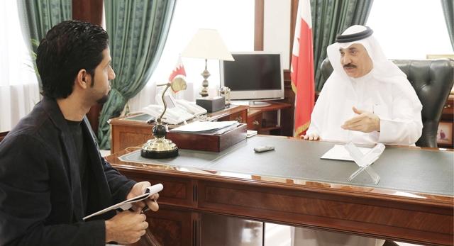 وزير العمل والتنمية الاجتماعية جميل حميدان في لقاء مع «الوسط» - تصوير : محمد المخرق