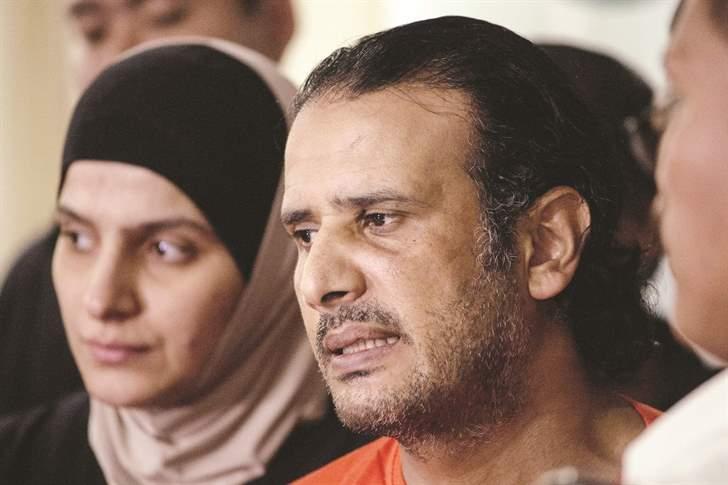 المتهمان حسين الظفيري وزوجته رهف زينا خلال عرضهما أمام الصحافة الفيلبينية أمس