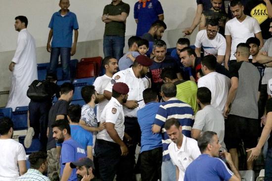 رجال الأمن في محاولة لإيقاف الاشتباكات