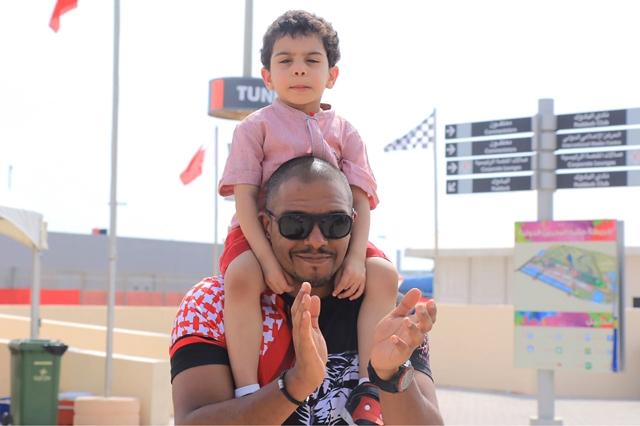 أحد الأطفال خلال حضوره الحلبة يوم أمس مع أبيه