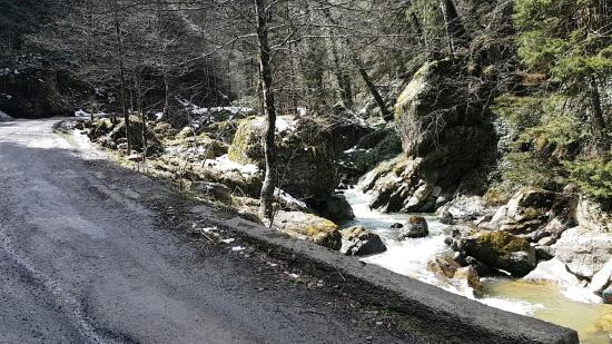 المياه تتدفق بين جوانب الطرقات على جبال طرابزون
