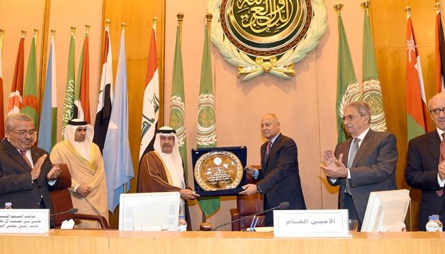 سمو الشيخ علي بن خليفة يتسلم الدرع نيابة عن سمو رئيس الوزراء من الأمين العام لجامعة الدول العربية