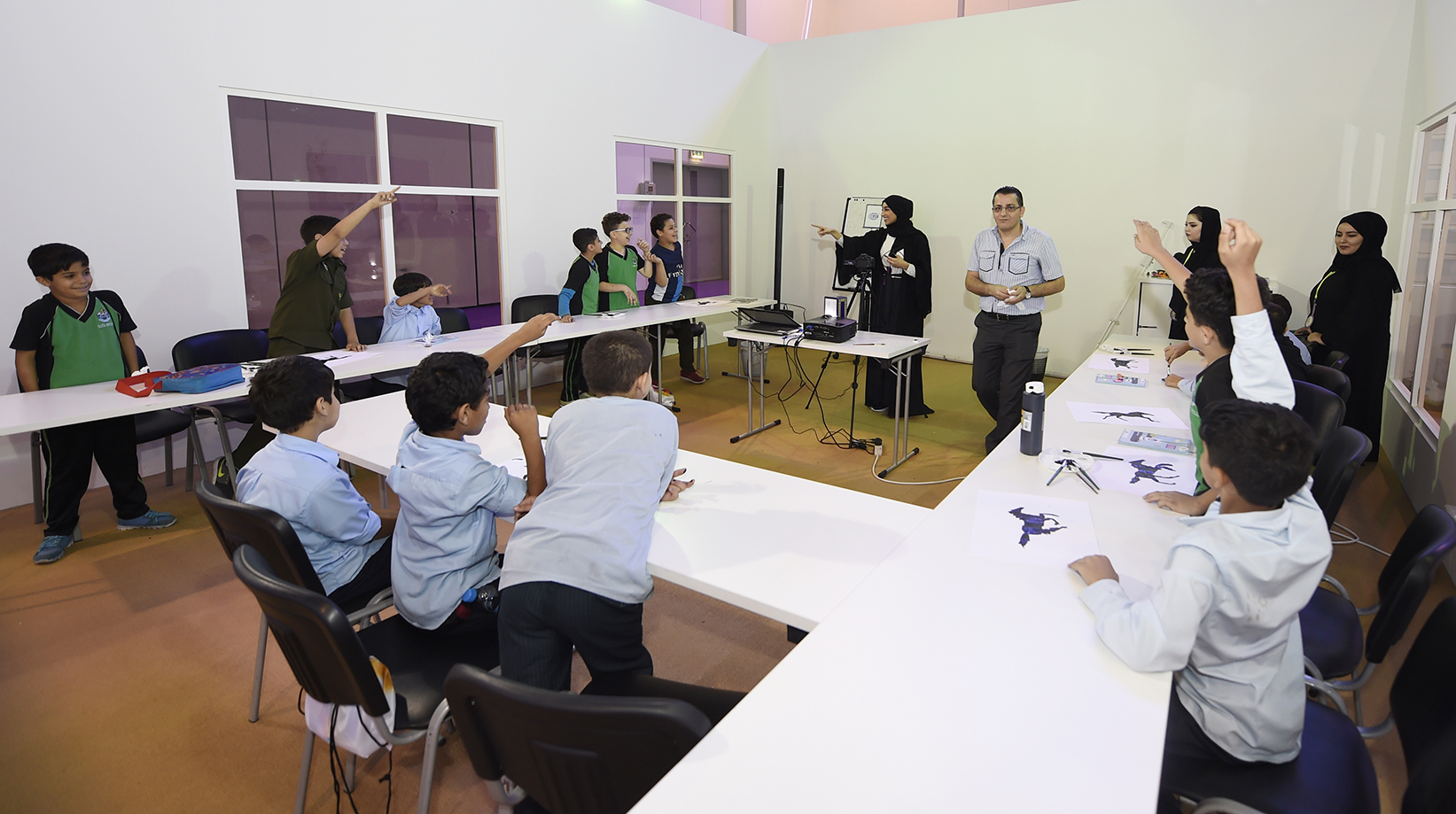 الفنانة كوثر بومطيع خلال تقديمها ورشة في مهرجان الشارقة القرائي للأطفال امس (الخميس)