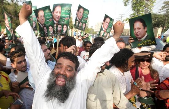 أنصار نواز شريف يحتفلون بقرار المحكمة العليا في لاهور - reuters