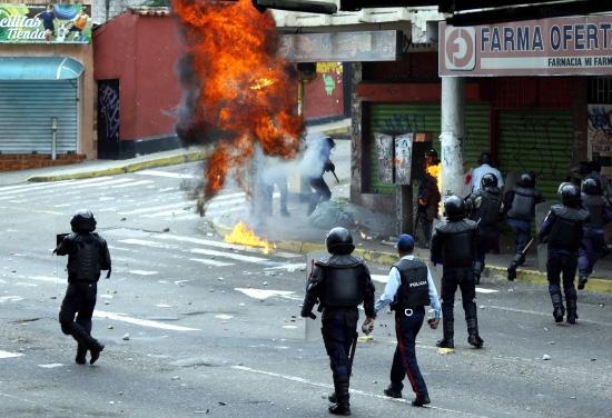 اشتباكات أنصار المعارضة مع الشرطة خلال الاحتجاجات في فنزويلا - reuters