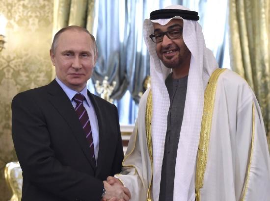 الرئيس الروسي مصافحاً ولي عهد أبوظبي في موسكو - reuters