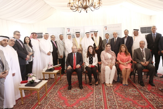 وزير التربية والتعليم ماجد النعيمي يتوسط مجموعة من الحضور في افتتاح معرض «الوسط» للكتب المستخدمة الخامس