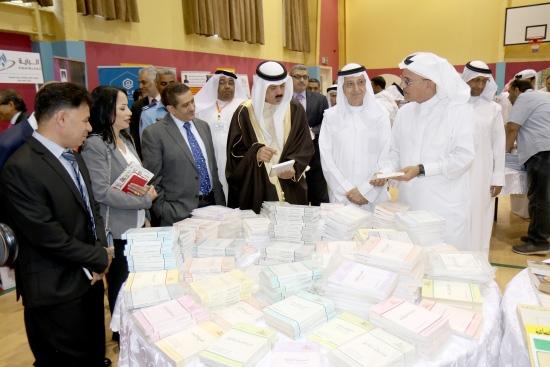 وزير التربية والتعليم يتفقد معرض «الوسط» للكتب المستخدمة