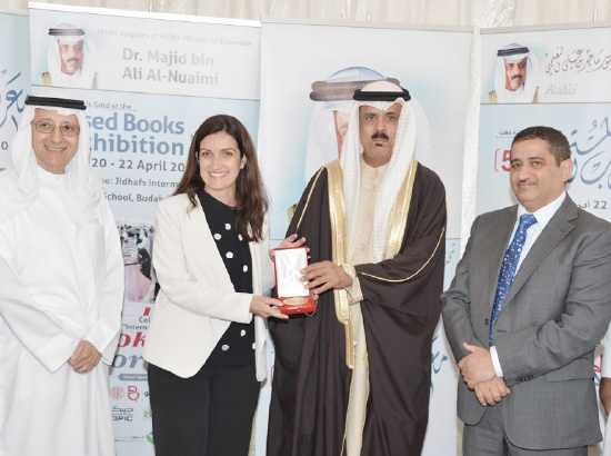وزير التربية والتعليم يقدم جائزة الرعاة إلى مدير أول قطاعات المستهلكين مها عبدالرحمن