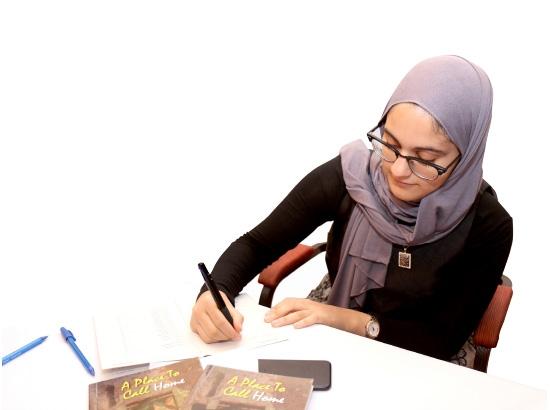 شكيب لدى توقيعها مؤلفها الأول «A place to call home»