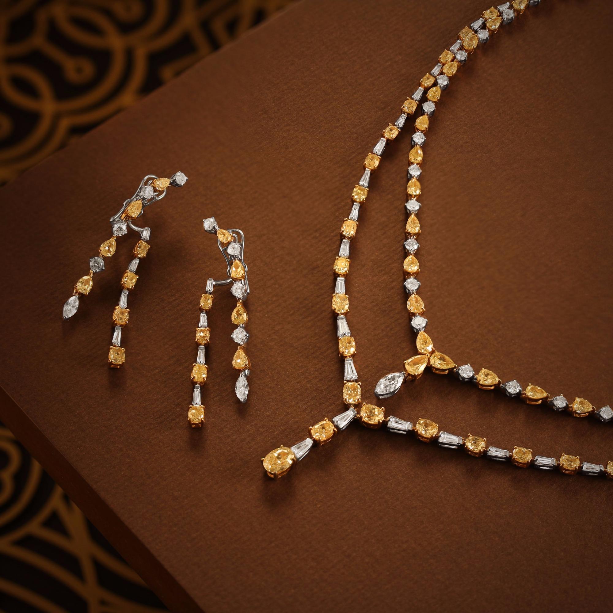 الماس أصفر وابيض اللون كمثري الشكل  في طقم من الذهب الابيض ضمن المجموعة الجديدة