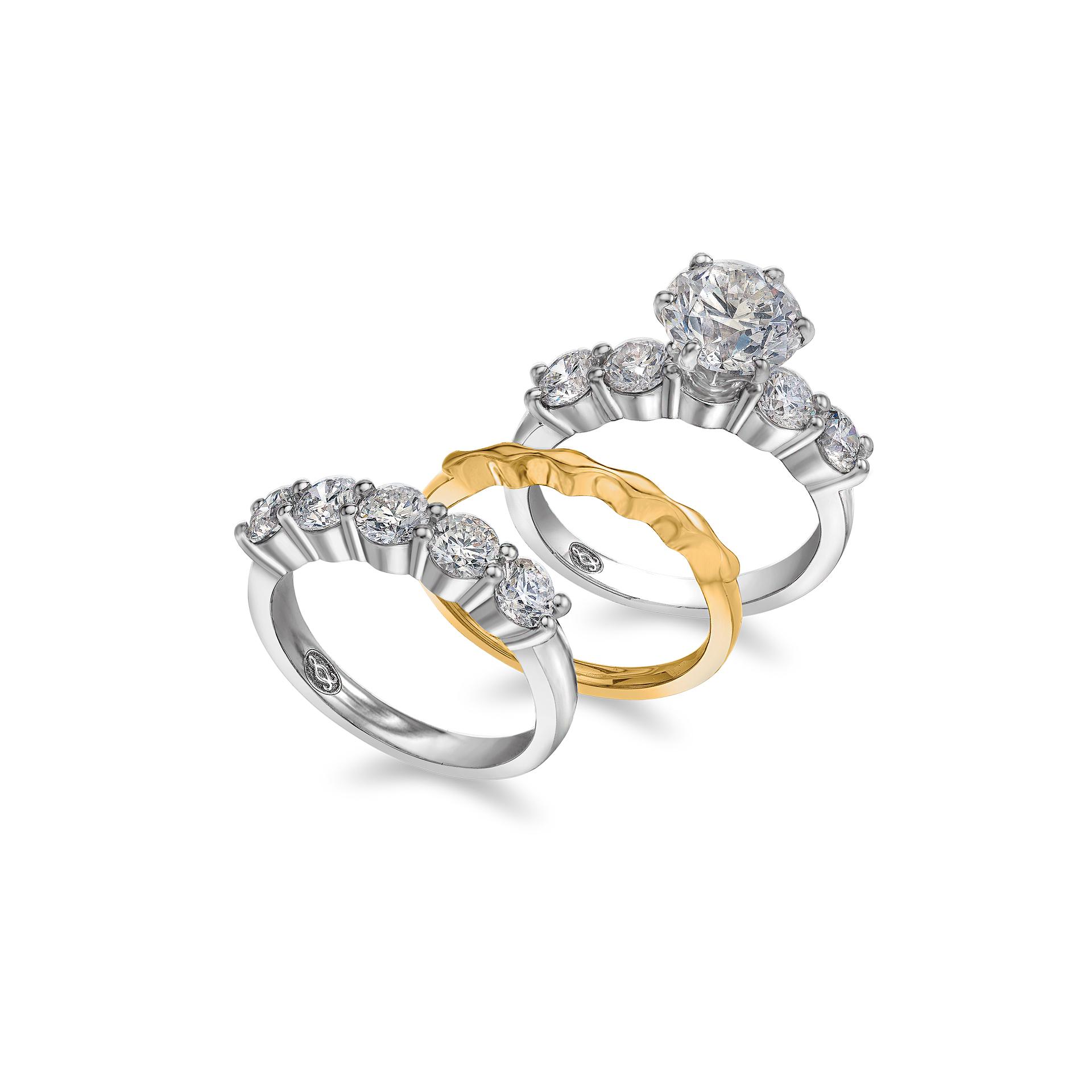 اسلوب عصري لخاتم الزواج مطعم بالماس ومصمم من الذهب الابيض والاصفر
