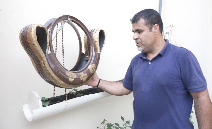 المواطن سمير حسن علي يبدع في تدوير المواد المستهلكة وتحويلها إلى مصنوعات أخرى مفيدة - تصوير محمد المخرق