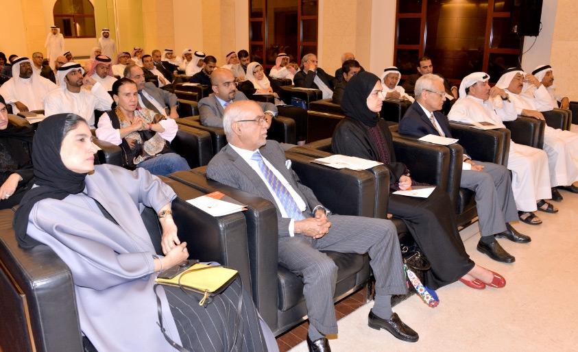 الحضور يتابعون ندوة الحسن في مركز عيسى الثقافي