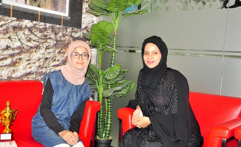 صاحبة مركز «ماستر مايند» صغرى الخنيزي مع طالبتها أسيل بوحسين