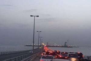 ازدحامات مرورية خانقة على جسر الملك فهد للمغادرين باتجاه السعودية