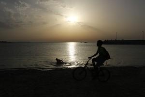 بالفيديو... غروب الشمس على ساحل البديع