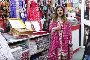 بالفيديو... |حكايات سوق المنامة | قماش «الساري» في سوق المنامة