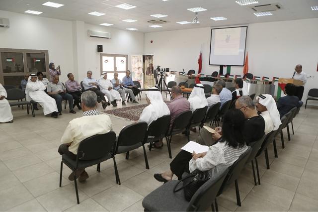 المشاركون في الفعالية التضامنية مع الأسرى الفلسطينيين المضربين عن الطعام